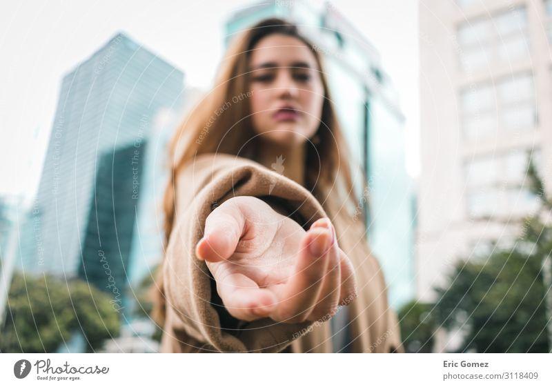 Junge Frau mit Hand, die auf die Kamera gerichtet ist. Mensch feminin Jugendliche Finger 1 18-30 Jahre Erwachsene Stadt Hauptstadt Gebäude Architektur Fassade