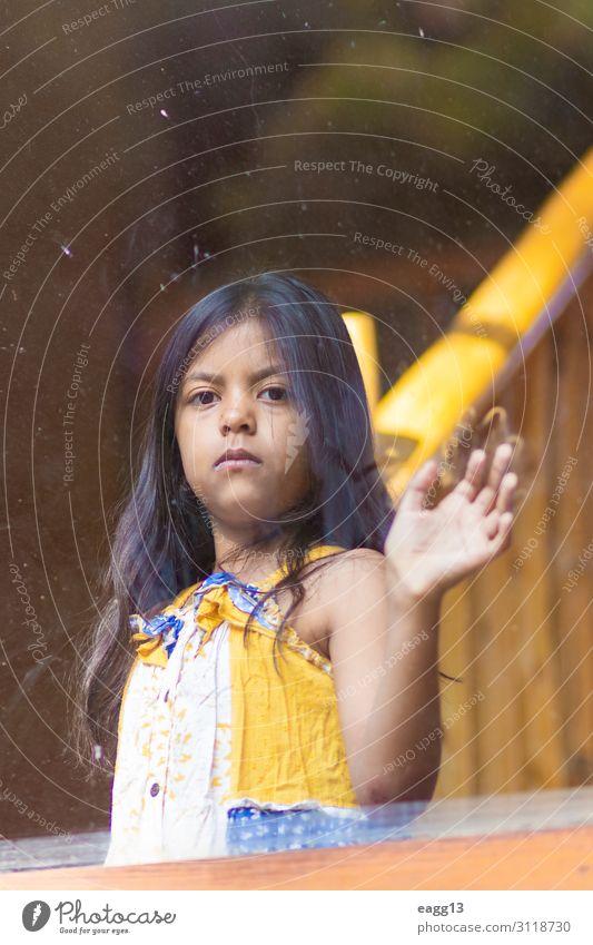 Brünettes Mädchen schaut aus dem Fenster des Hauses. Lifestyle elegant Stil schön Haare & Frisuren Gesicht Mensch feminin Arme Hand 1 8-13 Jahre Kind Kindheit