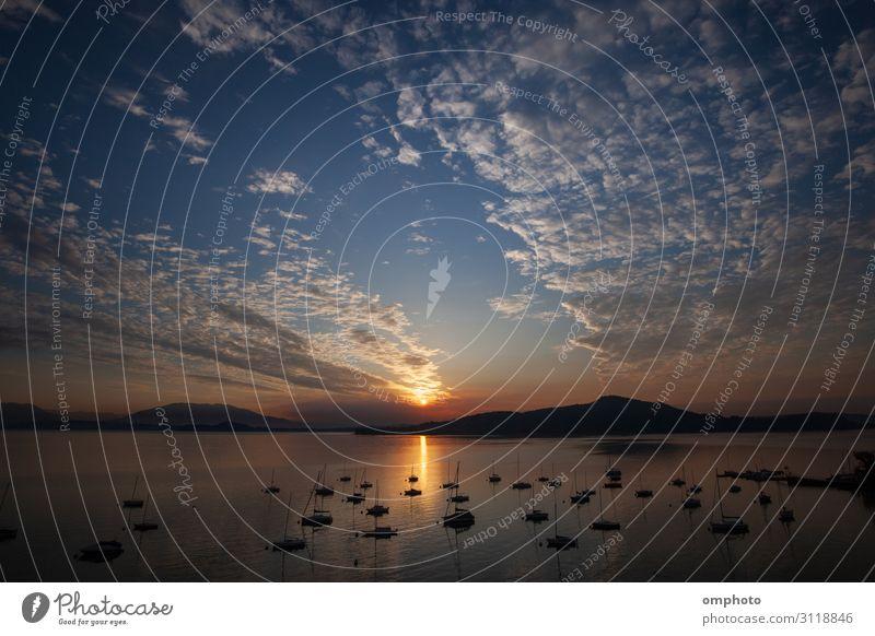 Morgens Sonnenaufgang über einem großen Bergsee mit vielen Booten Wolken und Spiegelungen schön Windstille Freizeit & Hobby Sommer Meer Berge u. Gebirge