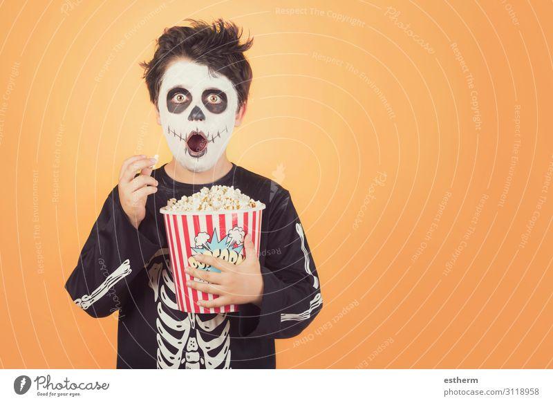 Überraschtes Kind in einem Skelettkostüm mit Popcorn Lebensmittel Ernährung Essen Behandlung Entertainment Feste & Feiern Halloween Mensch maskulin Kindheit 1