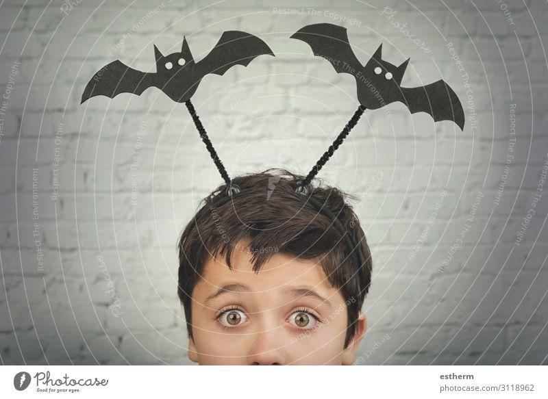 lustiges Kind mit Halloween-Vampiren auf dem Kopf Behandlung Feste & Feiern Mensch maskulin Kindheit 1 8-13 Jahre Herbst Tier Fitness dunkel Fröhlichkeit