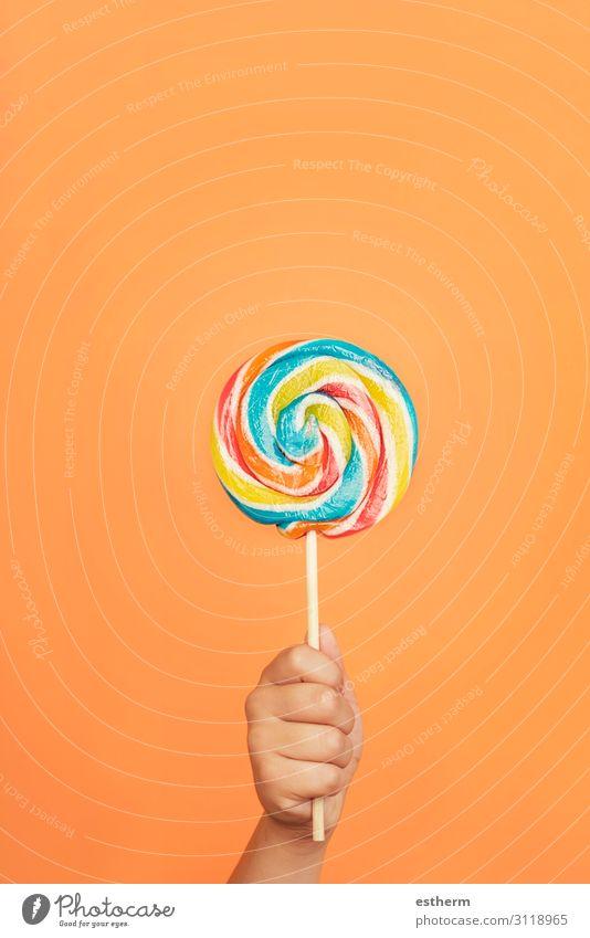 Kinderhand mit buntem Lolli Lebensmittel Dessert Süßwaren Ernährung Essen Freude Mensch maskulin Kindheit Hand Finger 1 8-13 Jahre festhalten füttern Gesundheit