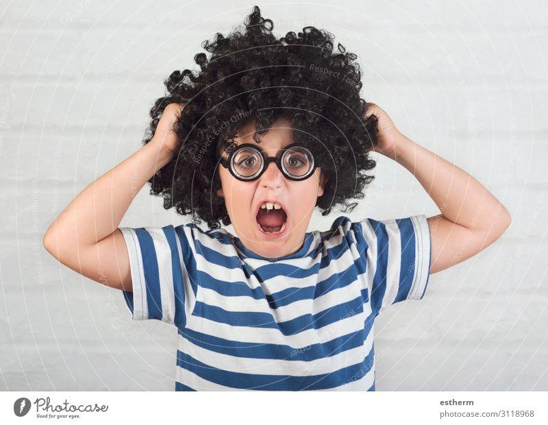 wütender Junge mit Streberbrille, der seine Haare zieht. Lifestyle Mensch maskulin Kindheit 1 8-13 Jahre Brille Perücke festhalten Traurigkeit lustig rebellisch
