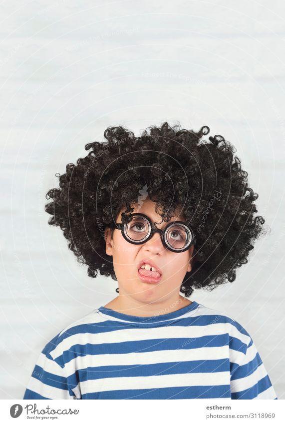 lustiges Kind, das eine Grimasse mit einer Streberbrille macht. Lifestyle Gesicht Spielen Mensch maskulin Kindheit 1 8-13 Jahre Brille Perücke Denken Fitness