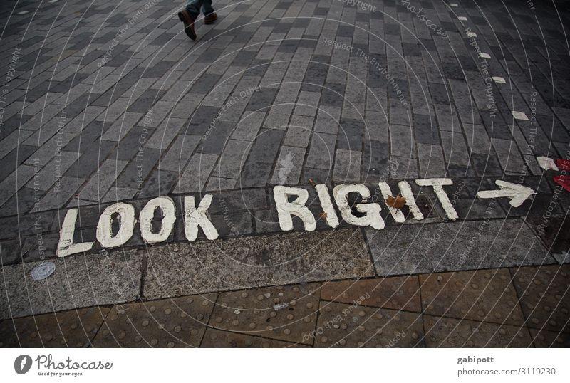 LOOK RIGHT London England Stadt Verkehr Verkehrswege Fußgänger Straße Straßenkreuzung Wege & Pfade Verkehrszeichen Verkehrsschild Stein Zeichen Schriftzeichen