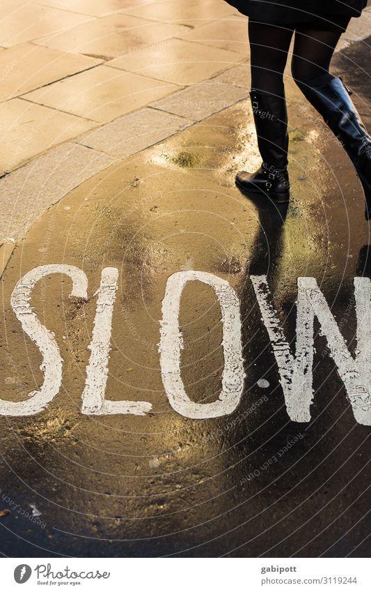 geh langsam wenn du schnell sein willst London Verkehrswege Fußgänger Straße Wege & Pfade Wegkreuzung gehen Zufriedenheit Mobilität Perspektive Stadt