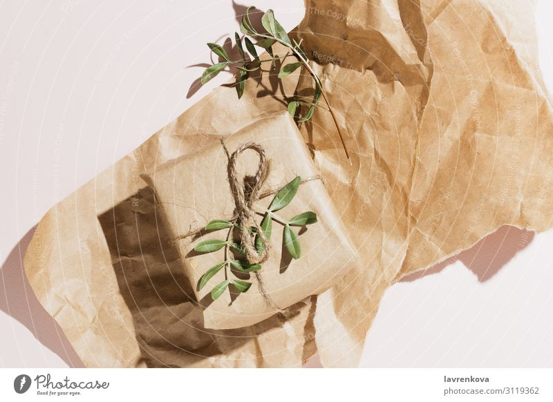 Minimalistisches flaches Layout der umweltfreundlichen Geschenkverpackung minimalistisch sehr wenige eingemummt Packpapier umhüllen Handwerk Pistazie grün