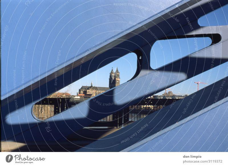 Sternbrücke mit Dom in Magdeburg alt blau Stadt Ferne Brücke Sehenswürdigkeit Skyline Bauwerk Hauptstadt Altstadt analog bevölkert