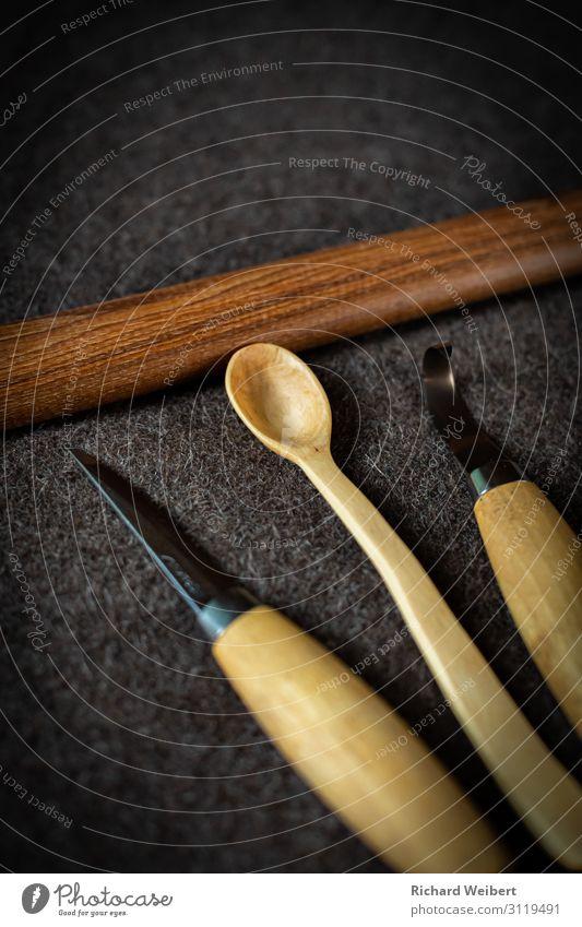 Handgeschnitzter Holzlöffel Design Handarbeit Schnitzen Handwerker Werkzeug Axt schön einzigartig braun Kraft Leidenschaft Warmherzigkeit gehorsam