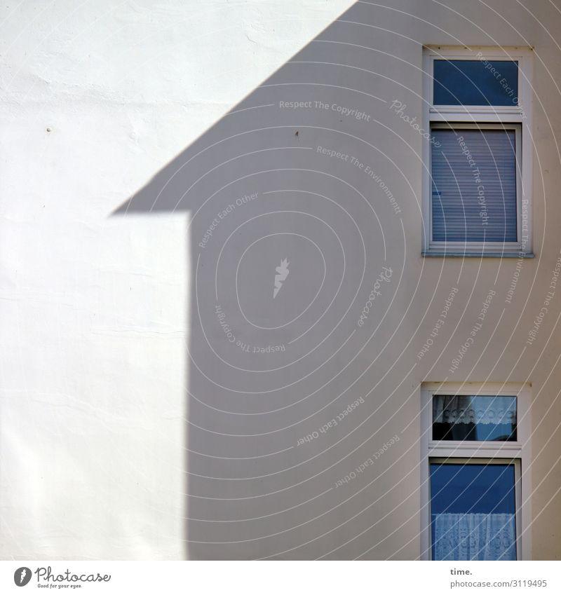 Fenster zum Hof Rostock Stadtzentrum Haus Architektur Mauer Wand Dach Gardine Glas Linie Zusammensein geduldig ruhig Ordnungsliebe Überraschung Heimweh