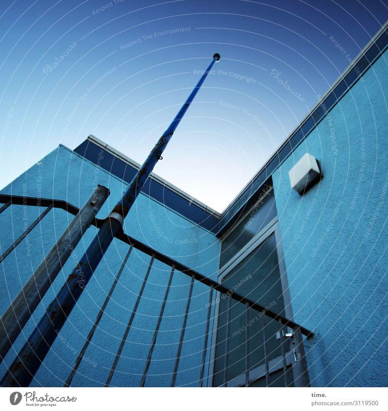 blaue Stunde Himmel Schönes Wetter Haus Bauwerk Gebäude Architektur Mauer Wand Fassade Tür Dach Geländer Fahnenmast Außenbeleuchtung Linie dunkel hoch