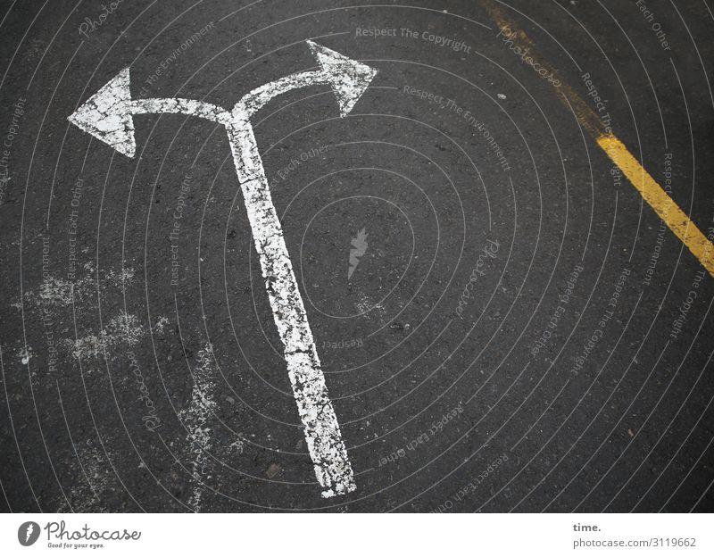 Entscheidung in 5 Sekunden asphalt weiß grau pfeil perspektive beton hinweis verkehrszeichen botschaft straßenverkehr ambivalenz Meinungsverschiedenheit