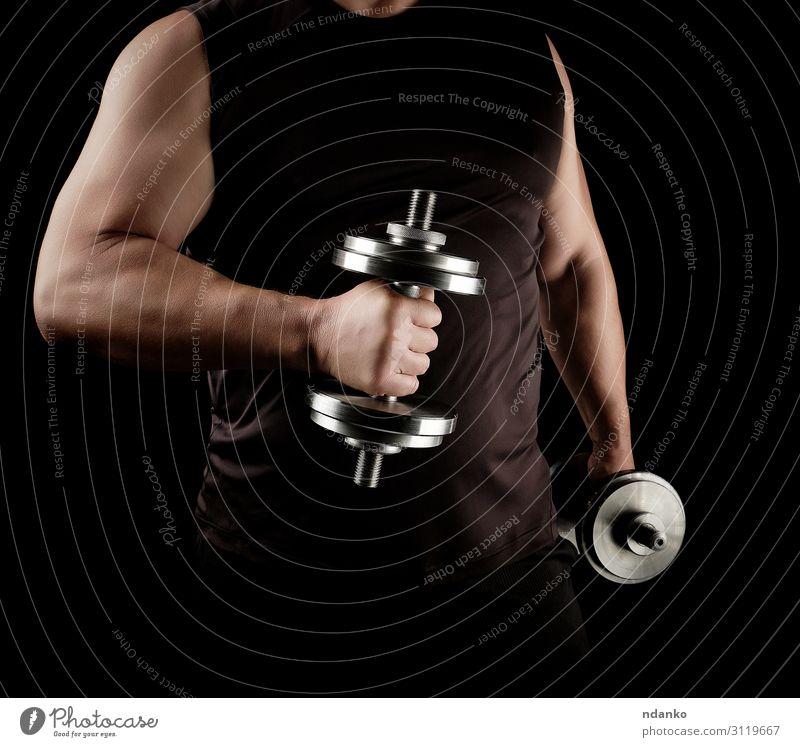 Mann in schwarzer Kleidung hält Stahlhanteln. Lifestyle sportlich Fitness Sport Leichtathletik Mensch Erwachsene Arme Hand 1 30-45 Jahre stehen muskulös stark