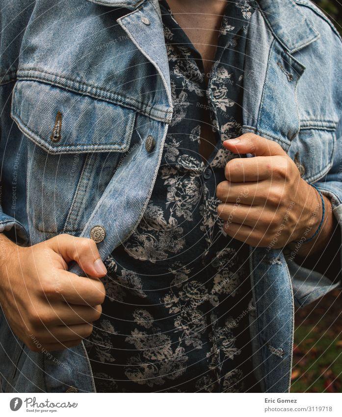 Stilvoller junger Mann in Blumenknopfhemd und Jeansjacke Lifestyle kaufen Mensch maskulin Junger Mann Jugendliche 1 18-30 Jahre Erwachsene Mode Bekleidung Hemd