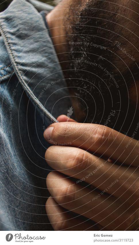 Bartiger hispanischer Mann berührt Kragen der Jeansjacke Lifestyle kaufen Stil maskulin Junger Mann Jugendliche Hand 1 Mensch 18-30 Jahre Erwachsene Mode
