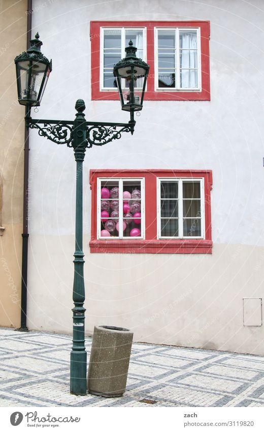 Firlefanz l hidden balloons Feste & Feiern Prag Dorf Kleinstadt Stadt Stadtzentrum Altstadt Fußgängerzone Menschenleer Haus Laterne Straßenbeleuchtung Mauer
