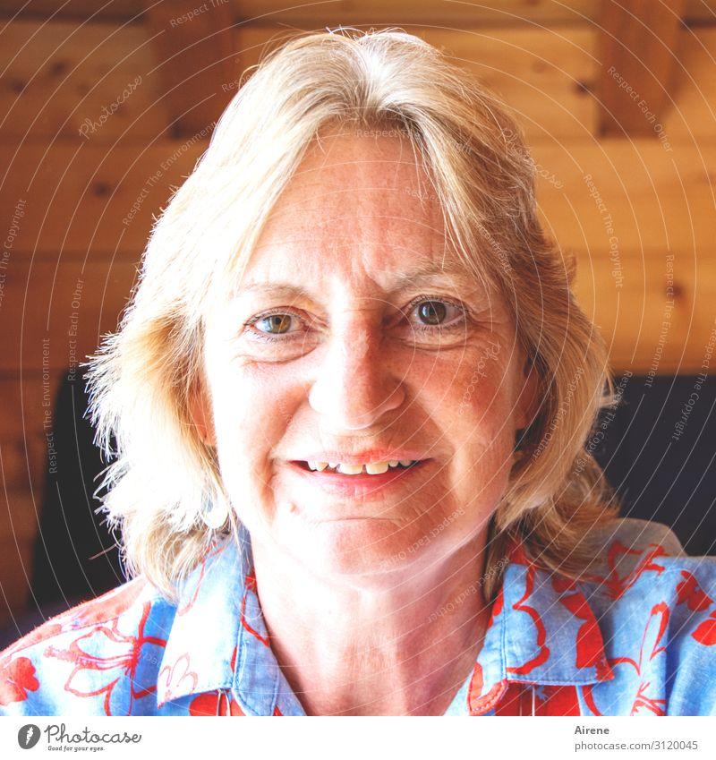 vorsichtig freudig Erwachsene Kopf Oberkörper 1 Mensch 60 und älter Senior Lächeln authentisch Freundlichkeit natürlich feminin mehrfarbig Identität