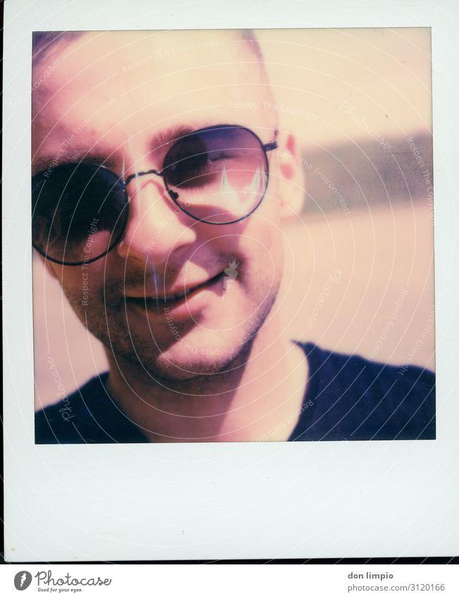 putting a smile in other people faces... Glücksspiel maskulin Jugendliche Gesicht 1 Mensch 18-30 Jahre Erwachsene eckig nah Originalität Polaroid Farbfoto
