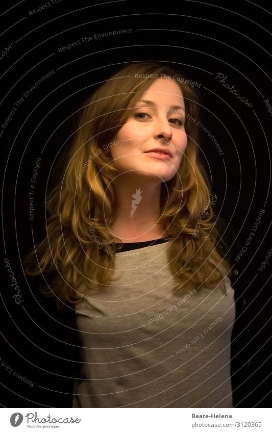 Lieblingsmensch| junge langhaarige Frau lächelt hintersinnig hübsch Portrait T-Shirt herablassend schön feminin Porträt Mensch 18-30 Jahre Blick in die Kamera