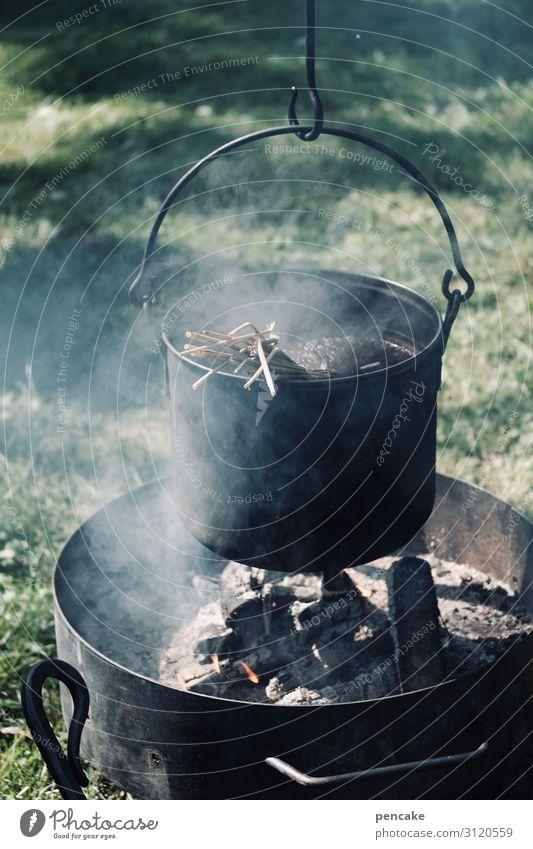 wertvoll | sein eigenes süppchen kochen Essen Holz Ernährung beobachten einfach Vergangenheit Feuer Rauch Camping Topf Suppe ursprünglich hängend gebrauchen