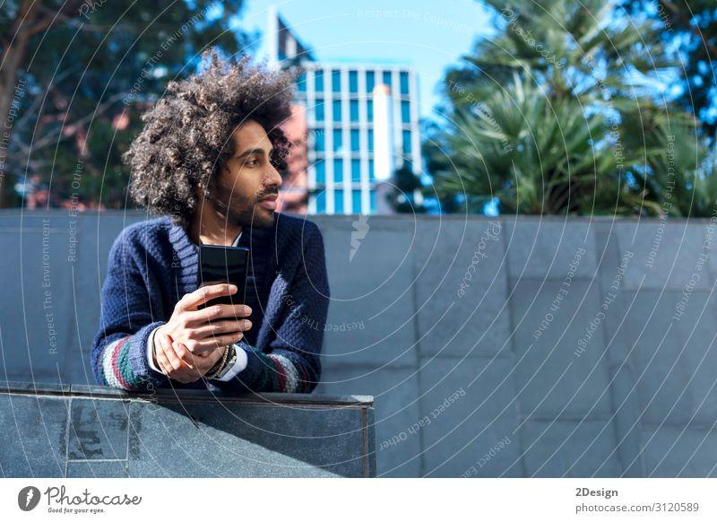 Porträt eines hübschen Afro-Mannes, der sein Handy benutzt. Lifestyle Stil Glück Freizeit & Hobby Telefon Technik & Technologie Mensch maskulin Junger Mann