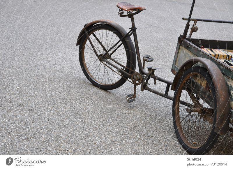 altes Lastenfahrrad Stil Fahrradfahren Verkehrsmittel Straße Kiesplatz Schotterplatz unbefestigt Dreirad Oldtimer Schutzblech Pedal Fahrradkette retro braun