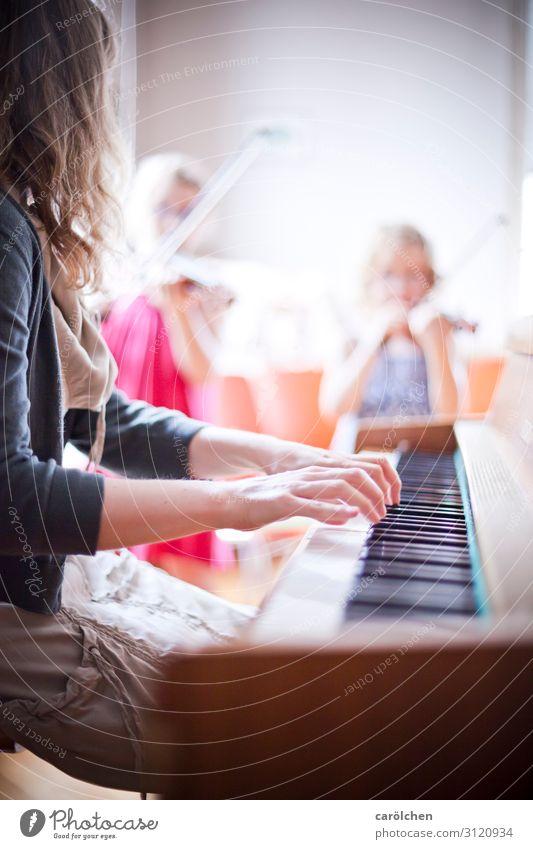Klavier & Geigen Musik Musiker Klaviatur Zusammensein musizieren Klavier spielen Klavierunterricht Geigenunterricht Musikschule Klassisches Konzert Klassik