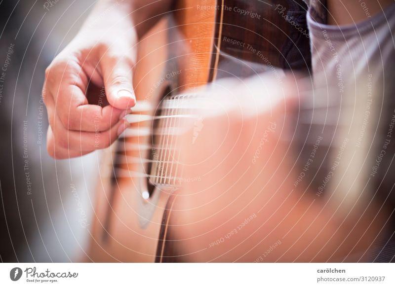Gitarre Hand braun Musik Konzert Musikinstrument Saite musizieren Gitarrenspieler spielend zupfen Gitarrensaite Saiteninstrumente Gitarre spielen