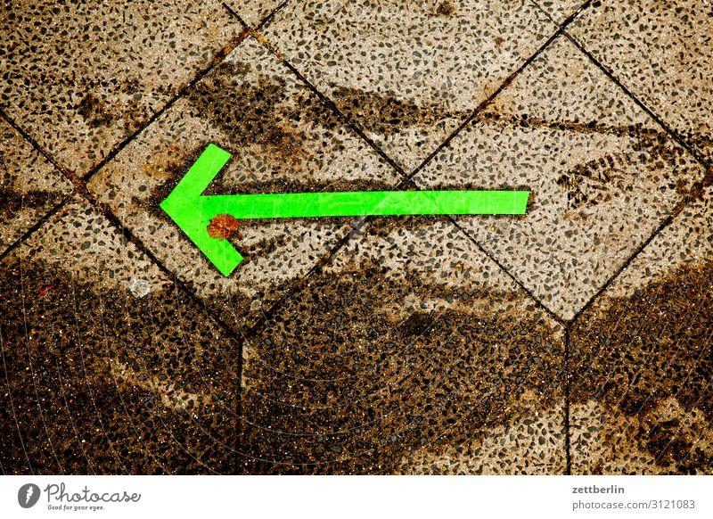 Pfeil nach links abbiegen Asphalt Ecke Fahrbahnmarkierung Hinweis rechts Schilder & Markierungen Navigation Orientierung Richtung Straße Empfehlung vorhersagen