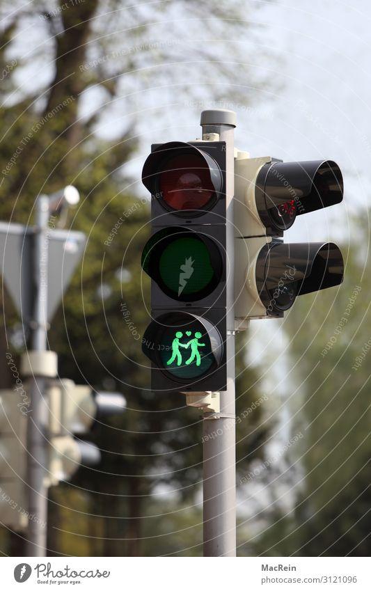 Ampelsymbol für Gleichgeschlechtige Zeichen grün achtsam Wachsamkeit Symbole & Metaphern Homosexualität Paar Schwuler Farbfoto Außenaufnahme Menschenleer Tag