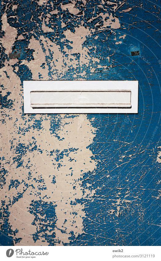 Niemandsland Tür Briefkasten Blechtür Metall alt eckig einfach trashig trist blau Verfall Vergänglichkeit Zerstörung geschlossen Farbstoff Abnutzung