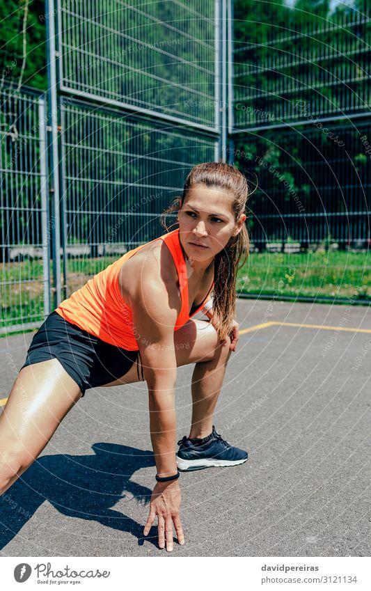 Sportlerin bei Beindehnungen Lifestyle Körperpflege Sommer Mensch Frau Erwachsene brünett Fitness sportlich authentisch selbstbewußt Energie Dehnung Entführer
