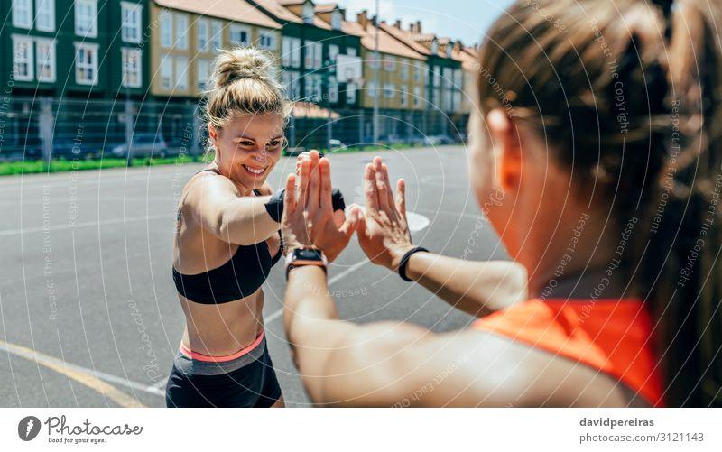 Sportlerin beim Training des Boxens mit ihrem Trainer Lifestyle Glück schön Mensch Frau Erwachsene Freundschaft Hand Handschuhe Fitness Lächeln sportlich
