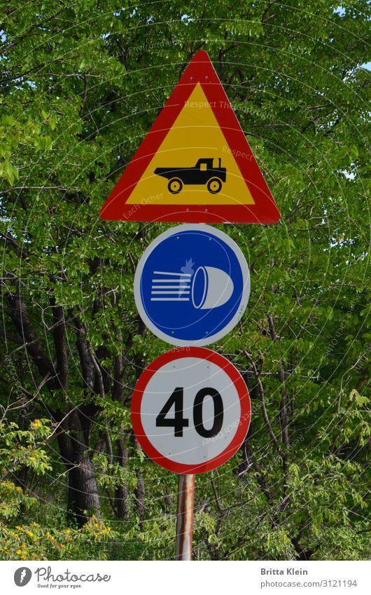 Klare Regeln Verkehr Autofahren Straße Wege & Pfade Verkehrszeichen Verkehrsschild Fahrzeug PKW Lastwagen Metall Rost Zeichen Schilder & Markierungen Blick