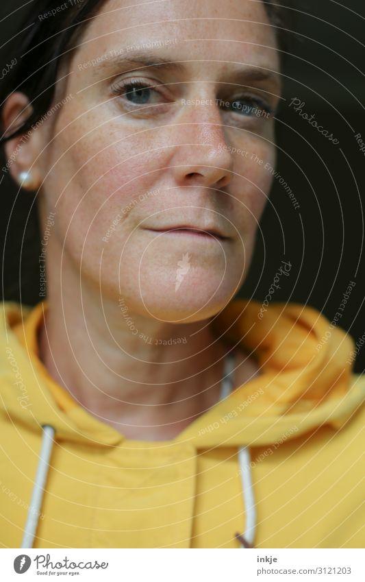Farbe bekennen. Lifestyle Stil Frau Erwachsene Leben Gesicht 1 Mensch 30-45 Jahre 45-60 Jahre Kapuzenpullover Lächeln Blick authentisch Coolness einzigartig