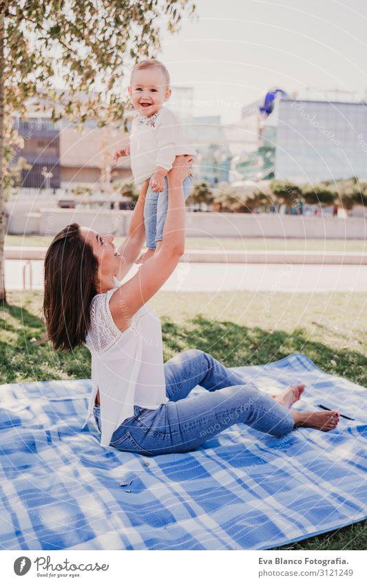 junge Mutter spielt mit einem Mädchen im Freien in einem Park. Lifestyle Freude schön Spielen Sommer Sonne Kindererziehung feminin Baby Junge Frau Jugendliche