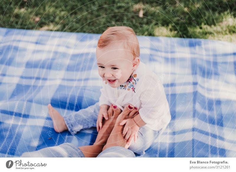junge Mutter spielt mit einem Mädchen im Freien in einem Park. Lifestyle Freude Glück schön Spielen Sommer Sonne Kindererziehung Technik & Technologie feminin