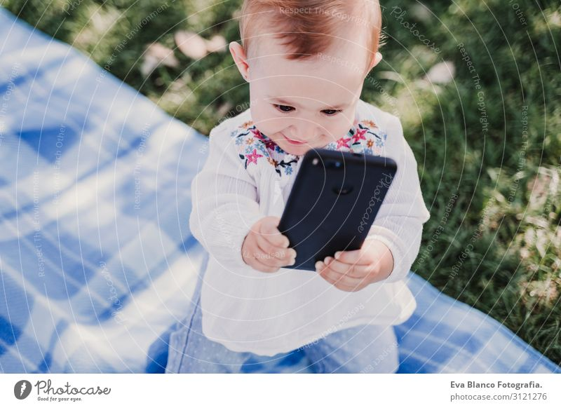 Baby-Mädchen im Freien in einem Park mit dem Handy Lifestyle Freude schön Spielen Sommer Sonne Kindererziehung PDA Bildschirm Technik & Technologie Internet