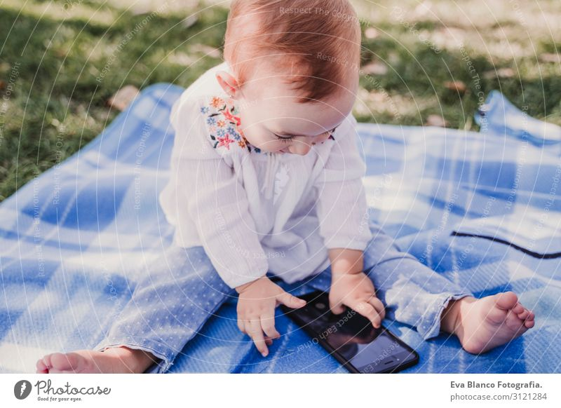 Baby-Mädchen im Freien in einem Park mit dem Handy Lifestyle Freude Glück schön Spielen Sommer Sonne Kindererziehung PDA Bildschirm Technik & Technologie