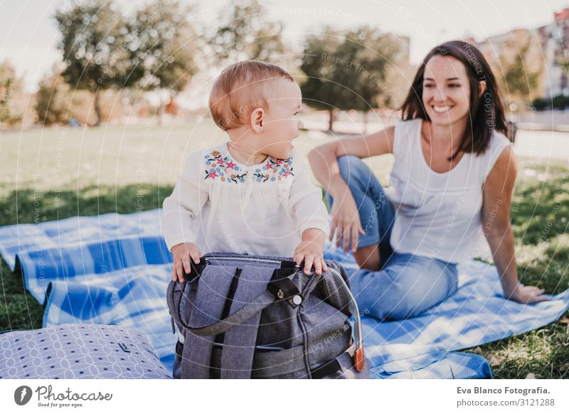 Mutter spielt mit einem kleinen Mädchen im Freien in einem Park. Familienkonzept Lifestyle Freude schön Spielen Sommer Sonne Kindererziehung Baby Junge Frau