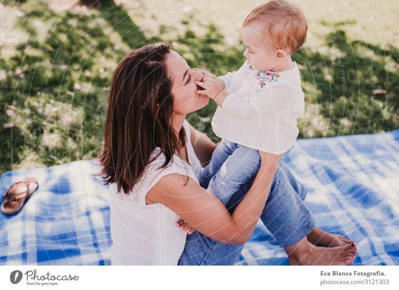 Mutter spielt mit einem kleinen Mädchen im Freien in einem Park. Familienkonzept Lifestyle Freude Glück schön Spielen Sommer Sonne Kindererziehung Baby Frau