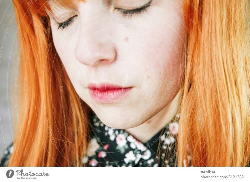 Porträt einer verärgerten jungen rothaarigen Frau Haare & Frisuren Haut Gesicht Mensch feminin Erwachsene Perücke Traurigkeit authentisch natürlich niedlich Wut