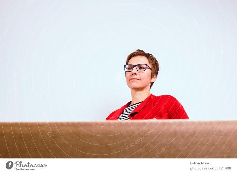 abwarten Raum Dienstleistungsgewerbe Business Sitzung sprechen Frau Erwachsene 1 Mensch 30-45 Jahre beobachten Blick sitzen träumen Karton Büro Einsamkeit