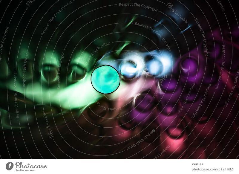 bunte Trinkhalme aus Plastik Kunststoff dunkel rund mehrfarbig Lichtschein Röhren Studioaufnahme Detailaufnahme Makroaufnahme Kunstlicht Schwache Tiefenschärfe
