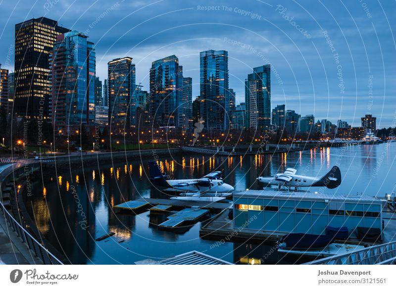 Kohlehafen Stadt Hafenstadt Stadtzentrum Skyline Hochhaus Jachthafen dunkel Blaue Stunde British Columbia Kanada Großstadt Stadt bei Nacht Stadtbeleuchtung