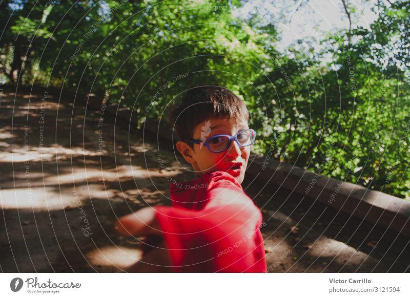 Ein kleiner Junge mit einem roten T-Shirt. Lifestyle Mensch 1 3-8 Jahre Kind Kindheit Begeisterung Euphorie Ehre Tapferkeit selbstbewußt Coolness Optimismus