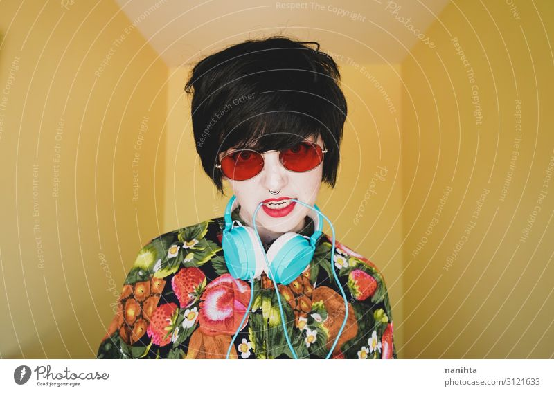 Coole junge androgyne DJ-Frau Lifestyle Stil Freude Haare & Frisuren Leben Musik Diskjockey Headset Technik & Technologie Mensch feminin Erwachsene Jugendliche