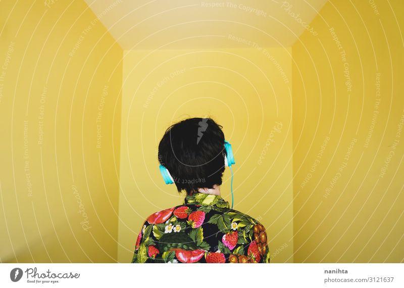Coole junge androgyne DJ-Frau Lifestyle Stil Freude Haare & Frisuren Leben Musik Diskjockey Headset Technik & Technologie Mensch Erwachsene Jugendliche 1