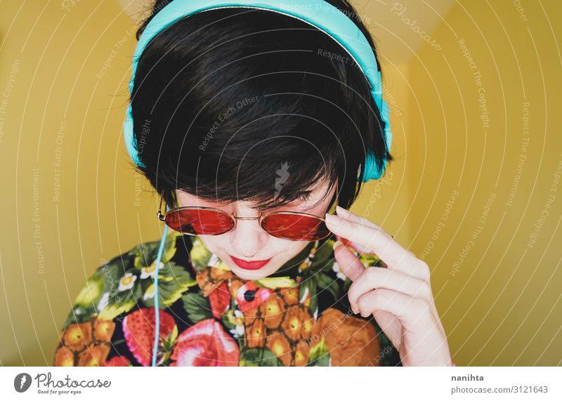 Coole junge androgyne DJ-Frau Lifestyle Stil Freude Haare & Frisuren Leben Musik Diskjockey Headset Technik & Technologie Erwachsene Mode Sonnenbrille genießen