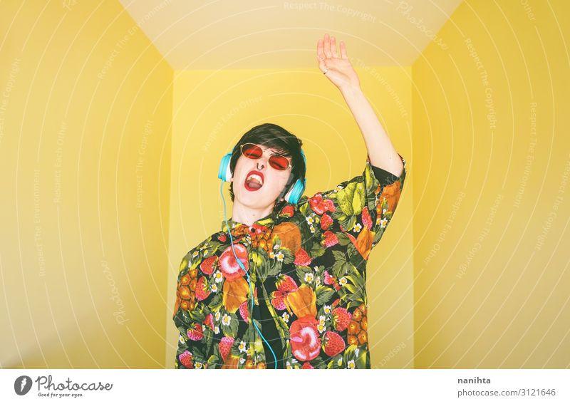 Coole junge androgyne DJ-Frau Lifestyle Stil Freude Haare & Frisuren Leben Entertainment Party Veranstaltung Musik Diskjockey Headset Technik & Technologie